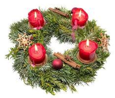 ovanifrån av en dekorerad julkrans av granfilialer med brinnande röda ljus foto