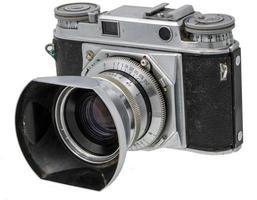 porträtt av en gammal kamera med solskydd isolerad på vitt foto