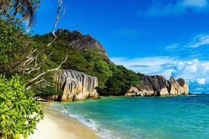 blå himmel och stor sten i Seychellerna foto