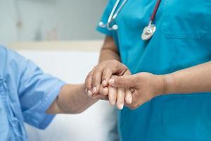 håller händer asiatisk senior eller äldre gammal damkvinna patient med kärlek foto