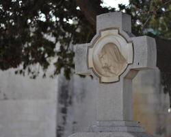 stad, land, mm dd, åååå - marmorkors på en kyrkogård foto