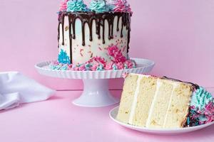 läcker och färgglad födelsedagstårta foto