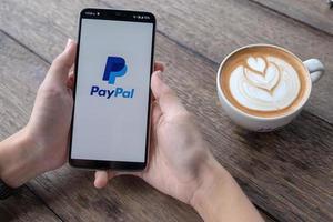 Chiang Mai, Thailand, 11 maj 2019, manhand som håller oneplus 6 med inloggningsskärm för PayPal-applikation foto