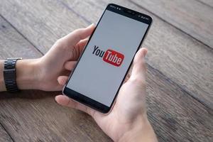 Chiang Mai, Thailand, 11 maj 2019, manhand som håller oneplus 6 med inloggningsskärm för YouTube-applikation foto