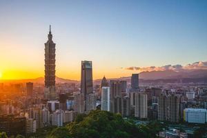 horisont av Taipei stad i Taiwan i skymningen foto