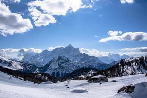 toppar av dolomiterna på vintern foto