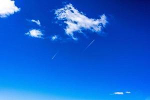 blå himmel med vita moln över Val di Zoldo, Belluno, Italien foto