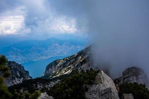 vita moln på toppen av de venetianska alperna foto