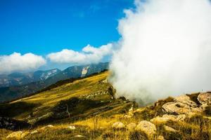 moln över topparna i pre-alperna foto