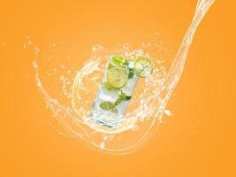 mojito med vattenstänk foto
