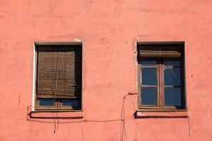 fönster på den röda fasaden av huset foto
