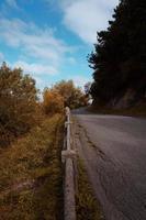 väg i berget under höstsäsongen foto