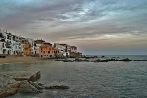 trevlig fiskeby Katalonien vid solnedgången foto
