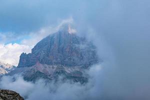 moln över dolomiternas toppar foto