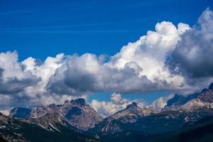 moln och toppar av dolomiterna foto
