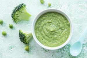 barnmat organisk grön broccoli-puré med ingredienser foto