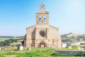 framifrån av en stenkyrka i castilian by i Spanien foto