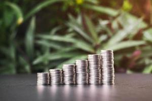 närbild av staplade rader av mynt på ett bord foto
