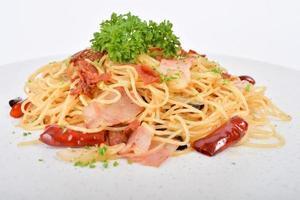 spagetti kryddig fläskkinka foto