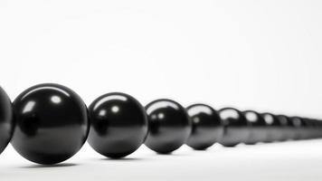 rad med svarta bollar skärpedjup foto