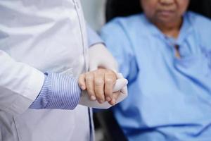 hålla händer asiatisk senior eller äldre gammal dam kvinna patient med kärleksvård uppmuntra och empati på vårdsjukhus avdelning hälsosamt starkt medicinskt koncept foto