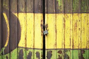gammal rostig elfördelningslåda i ljusa levande färger foto