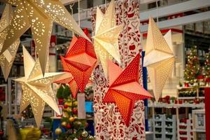 julstjärnor i shoppingbutik foto