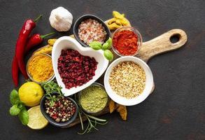 torra kryddor och kryddor mot en mörk bakgrundsvy uppifrån foto