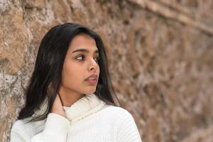 närbild porträtt av en romantisk brunett flicka tittar åt sidan foto