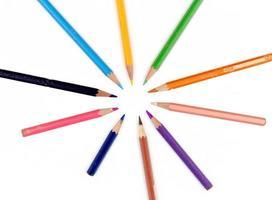 massa färgpennor isolerad på vit bakgrund foto
