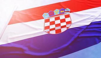 kroatiens flagga på den blå himlen foto