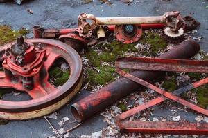gamla traktorer och annat lantbruksmaterial på en skrotgård foto
