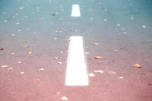 vit väglistmarkering på asfalt foto