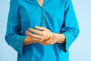 äldre kvinna som får smärta i handleden från reumatoid artrit foto