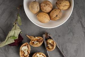vintage nötknäppare med torra valnötter foto