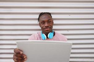 ung man som arbetar med sin bärbara dator foto