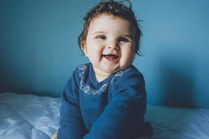 porträtt av en riktigt glad baby foto