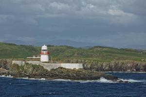 rutten ö fyr nära killybegs i County Donegal i Irland foto