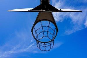 gatubasketbåge och blå himmel foto