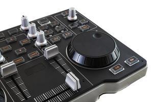 bärbar dj-kontrollblandare på vit bakgrund foto