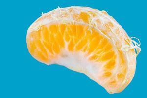 skiva enkel färsk mandarin på blå bakgrund foto