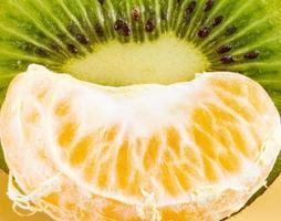 skivad kiwi och färsk mandarin foto