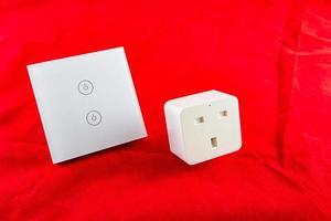 smart wifi-switch med stöd för kontroll via mobilapplikation foto