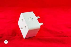 wifi smart eluttag i vit färg på en röd bakgrund foto