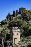 portofino, Italien, 2021 - gammalt torn på en kulle foto