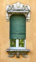bergamo, Italien. 2021 - traditionell fönsterfasad foto