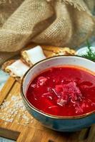 rödbetasoppa och svartbröd med bacon foto