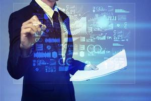 affärsman i blå kostym som arbetar med digital virtuell skärm foto
