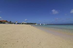 blå himmel och den vita stranden i okinawa foto