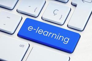 e-lärande eller online-utbildningskoncepttext på tangentbordet på datorn foto